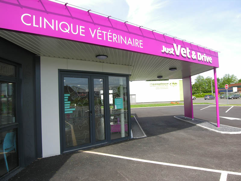 clinique vétérinaire avec auvent drivedesign conçeption et construction Le Guillerm Constructions
